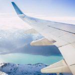 Luchtfoto boven de bergen vanuit het vliegtuig